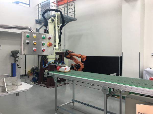 หุ่นยนต์จำลองการลำเลียงสินค้าในโรงงาน