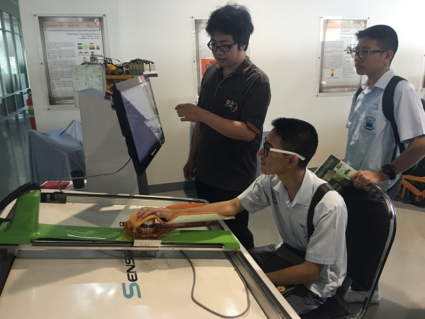 นักเรียนร่วมสาธิตการใช้เครื่อง SensibleTab