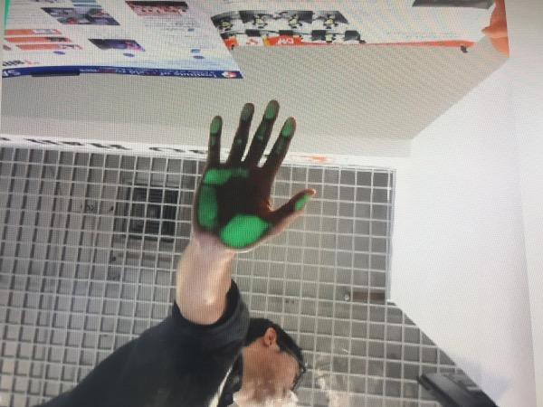 เมื่อผิวสัมผัสกับกระจก แสงสีเขียวจะฉายและกล้องจะจับภาพ