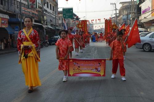 นร.อนุบาลอาตี๋-อาหมวยน้อยเมืองกำแพงแสดงโชว์สิงโต มังกรอวยพรพ่อค้าแม่ค้าช่วงเทศกาลตรุษจีน