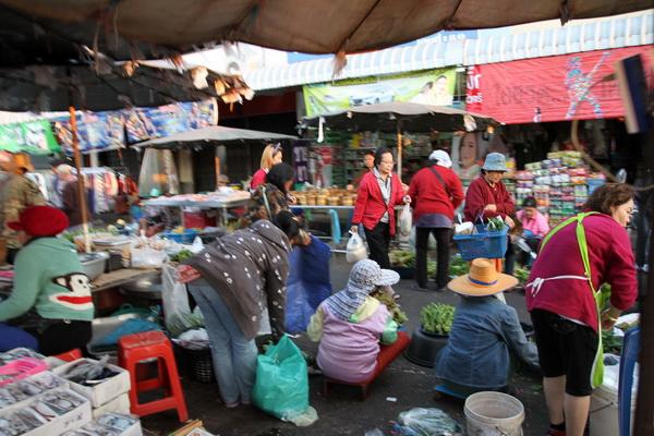 หนาวเหน็บอีกรอบ! ชาวบ้านต้องทนนั่งขายอาหารฉลองปีใหม่จีน