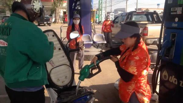 โหนกระแส! ปั๊มน้ำมันให้พนักงานใส่กี่เพ้าบริการลูกค้าช่วงตรุษจีน