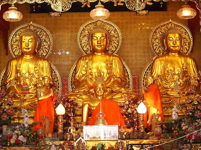 พระประธานพระพุทธเจ้า 3 พระองค์ที่วัดเล่งฮัวยี่