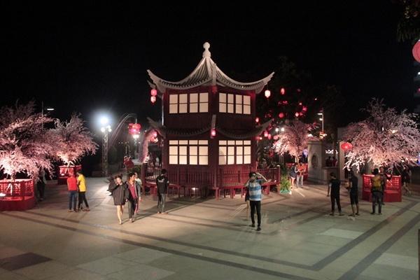 ตระการตา...สีสันงานเทศกาลโคมไฟตรุษจีนแปดริ้ว(ชมคลิป)