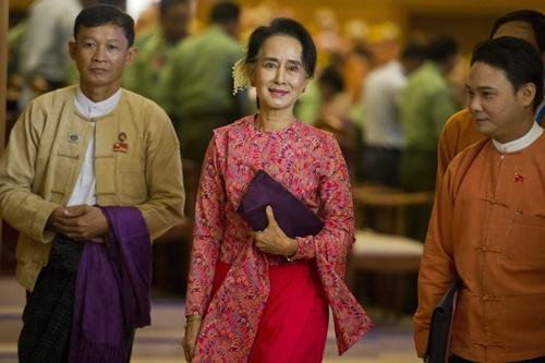 """ทีวีพม่าแย้มอาจมี """"ข่าวดี"""" จากทหาร เรื่องเปิดทาง """"ซูจี"""" นั่งตำแหน่งประธานาธิบดี"""
