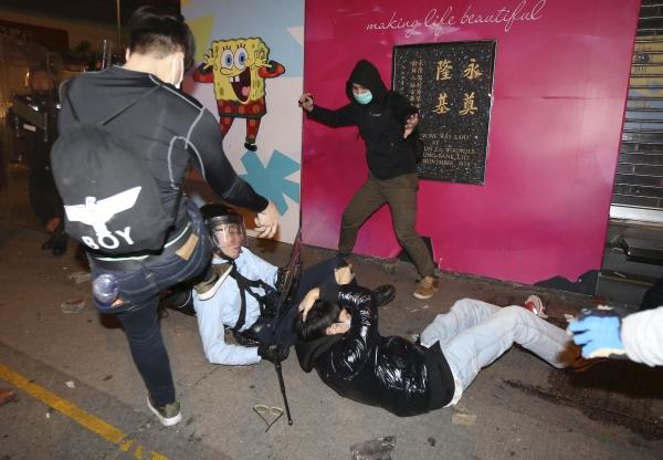 ฮ่องกงโกลาหล! ตำรวจปะทะพ่อค้าแม่ค้าแผงลอย ซัดกันนัว-ยิงปืนขู่สลายประท้วง (ชมภาพ-คลิปฯ)