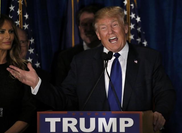 โดนัลด์ ทรัมป์ ผู้เข้าแข่งขันเพื่อเป็นตัวแทนพรรครีพับลิกันลงชิงตำแหน่งประธานาธิบดีสหรัฐฯ ปล่อยมุกบนเวทีระหว่างกล่าวปราศรัยประกาศชัยชนะ ในงานชุมนุมคืนเลือกตั้งขั้นต้นมลรัฐนิวแฮมป์เชียร์ปี 2016 ของเขา ที่เมืองแมนเชสเตอร์, นิวแฮมป์เชียร์ คืนวันอังคาร (9 ก.พ.)