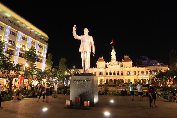 อนุสาวรีย์โฮจิมินห์ที่ตั้งอยู่ใจกลางเมืองโฮจิมินห์ ยามราตรีจะคึกคักไปด้วยชาวเวียดนามและนักท่องเที่ยวต่างชาติ