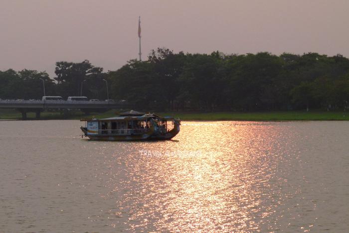 นั่งเรือมังกรล่องแม่น้ำหอม เป็นอีกหนึ่งกิจกรรมท่องเที่ยวที่ได้รับความนิยมอย่างสูงในเมืองเว้