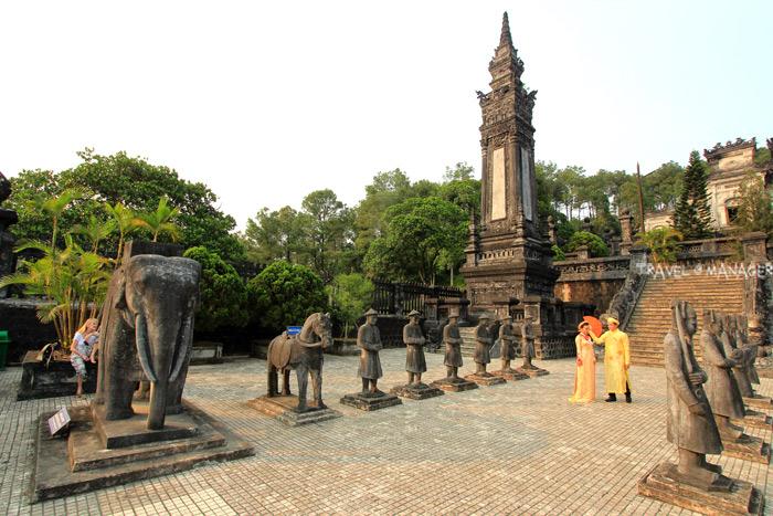 สุสานจักรพรรดิไคดิ่งกับรูปปั้นทหาร ช้าง ม้า ที่เป็นดังองค์รักษ์