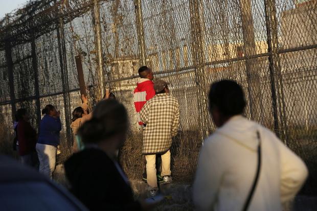 ญาติๆผู้ต้องขังเฝ้ารอฟังข่าวอย่างใจจดจ่ออยู่นอกรั้ว หลังเกิดเหตุจลาจลในเรือนจำที่เมืองมอนเทอร์เรย์ ทางเหนือของเม็กซิโก ช่วงเช้ามืดวันพฤหัสบดี(11ก.พ.) มีผู้เสียชีวิตอย่างน้อย 52 คน