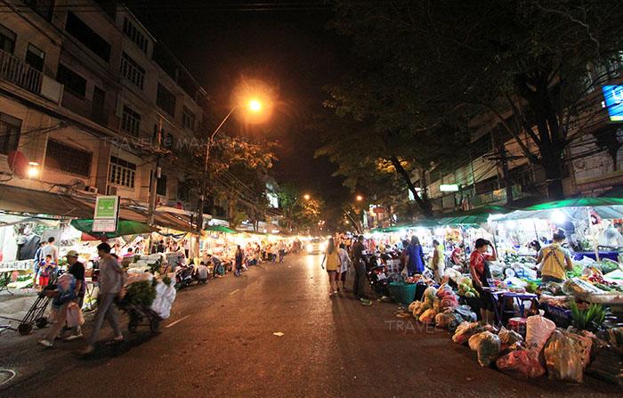 ปากคลองตลาดยามค่ำคืน คึกคักไปด้วยผู้คน
