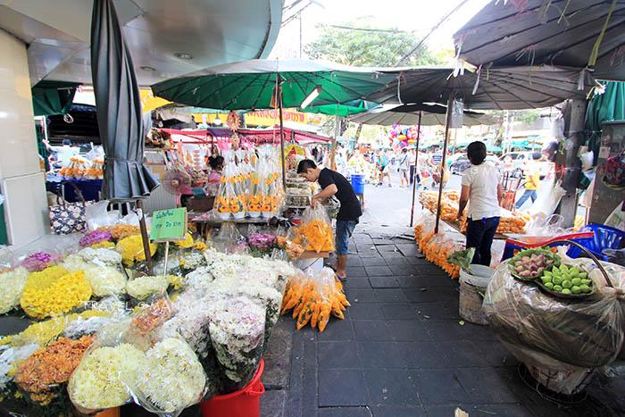 ช่วงกลางวันก็มีดอกไม้ขาย แต่ไม่คึกคักเท่ายามราตรี