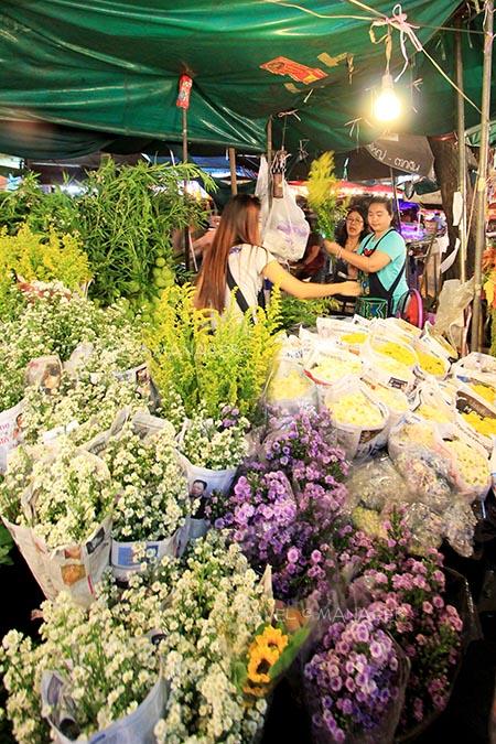 ซื้อหาดอกไม้หลากสีสัน