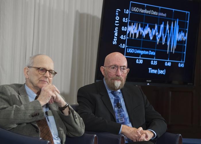 (ซ้าย) ไรเนอร์ ไวส์ (Rainer Weiss) และ (ขวา) คิป โธรน (Kip Thorne) ผู้ร่วมก่อตั้งลิโกระหว่างการแถลงข่าวค้นพบคลื่นความโน้มถ่วง (SAUL LOEB / AFP )