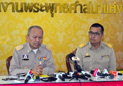 นายชยพล พงษ์สีดา รองผู้อำนวยการสำนักงานพระพุทธศาสนาแห่งชาติ (พศ.) ขณะกำลังอธิบายรายละเอียดว่า ทำไมพระธัมมชโยถึงไม่ต้องอาบัติปาราชิกเมื่อวันที่ 10 กุมภาพันธ์ 2559 ที่ผ่านมา