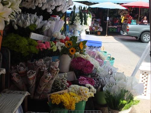 ตลาดดอกไม้วาเลนไทน์เชียงรายหงอย กำลังซื้อหดแห่ดูดอกไม้ในสวนแทน