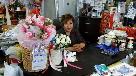 นางเปล่งศรี นาคขำ เจ้าของร้านยุพิณดอกไม้สด