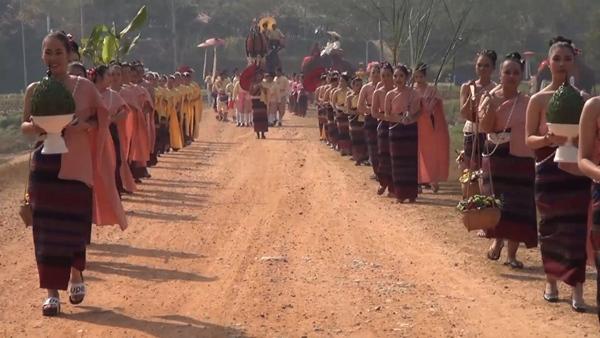 คู่รักไทย-เทศแห่จูงมือขึ้นเสลี่ยงแต่งงานบนหลังช้างชื่นมื่น