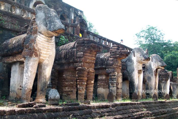 งานปูนปั้นช้างวัดช้างล้อม มีลักษณะเด่นกว่าช้างปูนปั้นที่วัดอื่นๆ ตรงที่ยืนเต็มตัวแยกออกมาจากผนัง