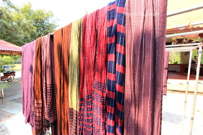 ผ้าหมักโคลนที่นำมาตากก่อนเข้าสู่ขั้นตอนการทำอื่นๆต่อไป
