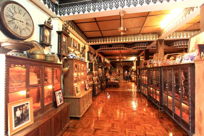 ข้าวของทรงคุณค่าจัดแสดงมากมายในสาธรพิพิธภัณฑ์ผ้าทองคำ