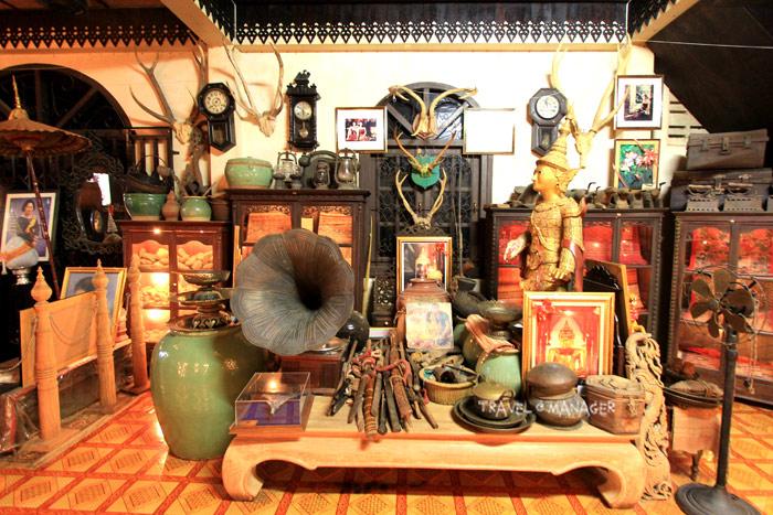 ศิลปวัตุและข้าวของจัดแสดงมากมายใน สาธรพิพิธภัณฑ์ผ้าทองคำ