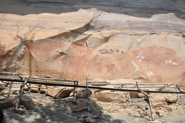 """กรมทรัพย์ฯ ยันหินภาพเขียนสี """"ผาแต้ม"""" แข็งแรงดี ด้านอุทยานเสนอปรับภูมิทัศน์"""