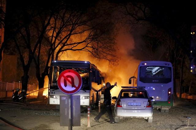 <i>ตำรวจยกมือห้ามผู้ไม่เกี่ยวข้อง ขณะที่เขาเดินไปยังจุดเกิดเหตุคาร์บอมบ์ในกรุงอังการา เมืองหลวงของตุรกี เมื่อคืนวันพุธ (17 ก.พ.) ซึ่งสังหารผู้คนไปอย่างน้อย 28 คน โดยที่ 27 คนเป็นทหาร </i>