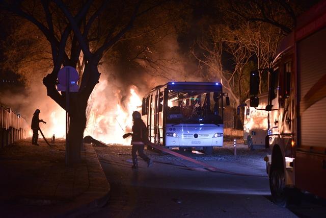 <i>พนักงานดับเพลิงพยายามดับไฟที่ลุกไหม้ภายหลังการระเบิดของคาร์บอมบ์ ซึ่งมุ่งโจมตีเล่นงานขบวนรถโดยสารลำเลียงทหาร ณ บริเวณใจกลางกรุงอังการา เมืองหลวงของตุรกี ค่ำวันพุธ (17 ก.พ.)  ทางการระบุว่าเหตุคราวนี้สังหารผู้คนไปอย่างน้อย 28 ชีวิต </i>