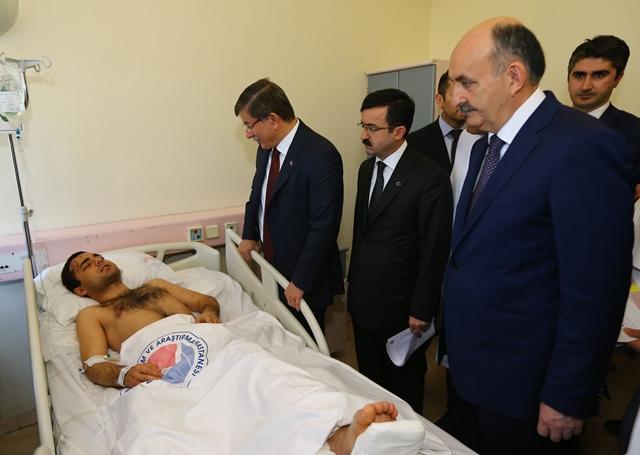 <i>ภาพที่เผยแพร่โดยสำนักแถลงข่าวของนายกรัฐมนตรีตุรกี แสดงให้เห็นนายกรัฐมนตรี อาเหม็ด ดาวูโตกลู (คนที่ 2 จากซ้าย) กำลังพูดกับชายที่ได้รับบาดเจ็บ  ขณะเดินทางไปเยี่ยมผู้บาดเจ็บจากเหตุคาร์บอมบ์  ณ โรงพยาบาลแห่งหนึ่งในกรุงอังการาเมื่อวันพฤหัสบดี (18 ก.พ.) </i>