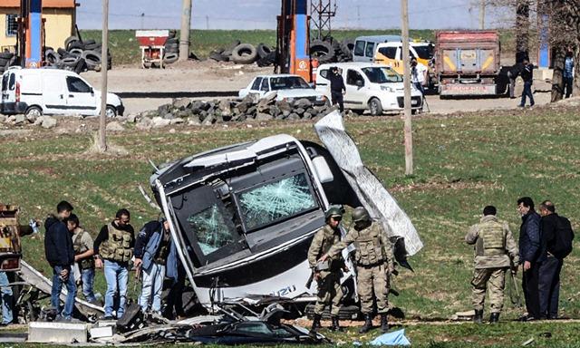 <i>ทหารตุรกีเดินอยู่ด้านหน้ารถทหารซึ่งถูกโจมตีได้รับความเสียหาย ณ อำเภอลิเซ ในจังหวัดดิยาร์บาคีร์ ทางภาคตะวันตกเฉียงใต้ของตุรกี  เหตุโจมตีเมื่อวันพฤหัสบดี (18 ก.พ.) คราวนี้ มีทหารถูกสังหารอย่างน้อย 6 คน </i>