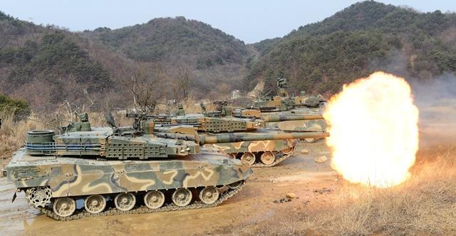 """<i>รถถัง """"เค-2"""" ของกองทัพบกเกาหลีใต้ ขณะฝึกยิงด้วยกระสุนจริง ที่สนามฝึกในอำเภอยังเพียง, เกาหลีใต้ วันพฤหัสบดี (18 ก.พ.)  เกาหลีใต้มีกำหนดร่วมซ้อมรบประจำปีกับสหรัฐฯในเดือนหน้า  โดยที่มีรายงานว่าฝ่ายอเมริกันนำกำลังทหารเข้าร่วมเป็นจำนวน 4 เท่าตัวจากแผนการเดิม </i>"""
