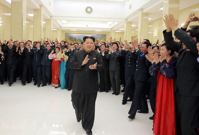 <i>ภาพที่เผยแพร่โดยสำนักข่าวของทางการเกาหลีเหนือซึ่งระบุว่าถ่ายเมื่อวันที่ 13 กุมภาพันธ์ปีนี้  แสดงให้เห็น คิม จองอึน ผู้นำเกาหลีเหนือ (กลาง) เข้าร่วมงานเลี้ยงบรรดานักวิทยาศาสตร์ซึ่งมีส่วนร่วมในการยิงจรวดส่งดาวเทียมขึ้นสู่วงโคจร แต่ถูกทั่วโลกกล่าวหาว่าเป็นการทดลองขีปนาวุธพิสัยไกล  ฝ่ายข่าวกรองเกาหลีใต้อ้างด้วยว่า เวลานี้ผู้นำคิม  สั่งการให้ทางโสมแดงรวบรวมกำลังเพื่อเข้าโจมตีโสมขาวครั้งใหญ่ในหลายๆ เป้าหมายและหลายๆ รูปแบบ</i>
