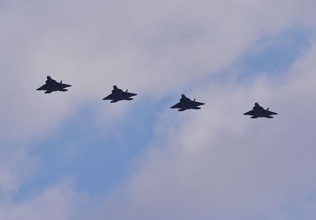 <i>เครื่องบินขับไล่ล่องหน เอฟ-22 ของสหรัฐฯ 4 ลำ บินเหนือฐานทัพอากาศโอซาน ในเมืองเพียงแต็ก ทางตอนใต้ของกรุงโซล เมื่อวันพุธ (17 ก.พ.)  สหรัฐฯส่งเครื่องบินขับไล่ทรงพลานุภาพที่สุดในโลกรุ่นนี้ 4 ลำ จากญี่ปุ่นมาประจำการในแดนโสมขาว เพื่อเป็นการตอบโต้และปลุกขวัญเกาหลีใต้  หลังจากเกาหลีเหนือทดสอบขีปนาวุธพิสัยไกล </i></i>