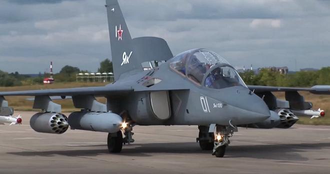 <br><FONT color=#00003>ภาพจากวิดีโอประชาสัมพันธ์การขายของกลุ่มบริษัทสหอากาศยานแห่งรัสเซีย แสดงให้เห็น บฝ. แบบ Yak-130 เมื่อกลายเป็นเครื่องบินรบ ติดจรวดยิงโจมตีภาคพื้นดิน กับ อาวุธปล่อย หรือ จรวดนำวิถีต่อสู้อากาศยาน สื่อในรัสเซียรายงานว่า กองทัพอากาศ สปป.ลาว อาจจะซื้อถึง 20 ลำ. </b>