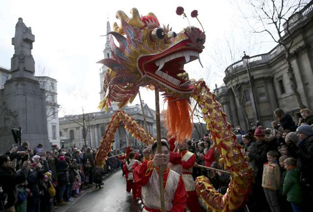 การแสดงเต้นมังกรฉลองเทศกาลตรุษจีนบริเวณ จัตุรัสทราฟัลการ์ ใจกลางนครลอนดอน ประเทศอังกฤษ (ภาพ รอยเตอร์ส)
