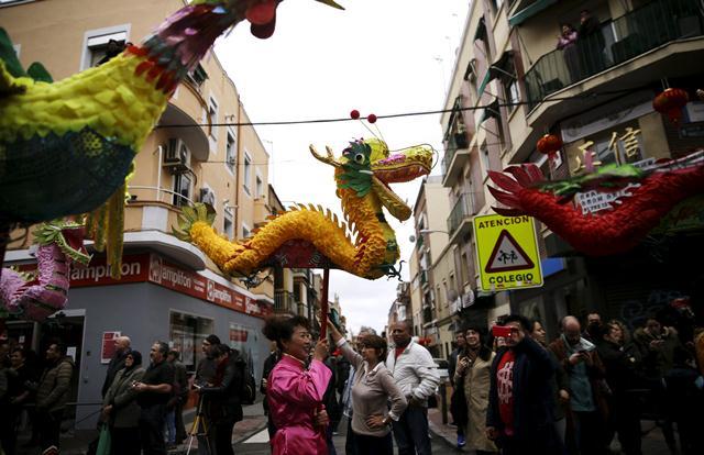 ขบวนพาเหรดฉลองตรุษจีนในมาดริด ประเทศสเปน (ภาพ รอยเตอร์ส)