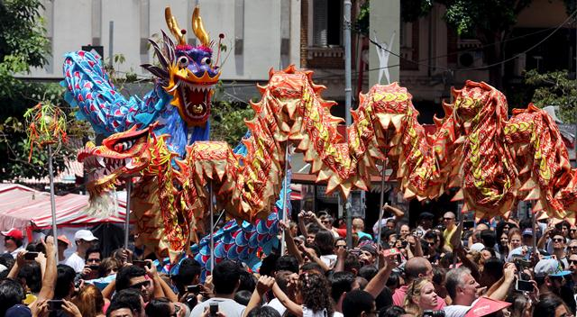 การแสดงเชิดมังกรฉลองเทศกาลตรุษจีนในชุมชนชาวจีน นครเซา เปาโล ประเทศบราซิล (ภาพ รอยเตอร์ส)