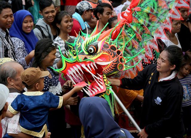 การแสดงมังกรฉลองเทศกาลตรุษจีนในเทศกาลโคมไฟ ปิดท้ายเทศกาลฉลองตรุษจีนในจาการ์ต้า อินโดนีเซีย วันที่ 20 ก.พ. (ภาพ รอยเตอร์ส)