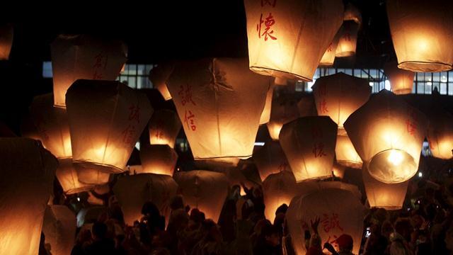 ประชาชนเข้าร่วมการปล่อยโคมไฟก่อนเทศกาลหยวนเซียว หรือเทศกาลโคมไฟ ซึ่งถือเป็นวันสุดท้ายของเทศกาลตรุษจีน ในผิงซี นิวไถเป่ย ซิตี้ ไต้หวัน (ภาพ รอยเตอร์ส)