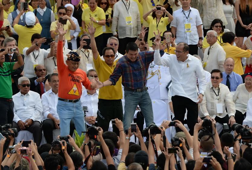 """In Pics : """"อากีโน"""" ร่วมรำลึก 30 ปีพลังประชาชนโค่นเผด็จการ """"มาร์กอส"""" วอนชาวฟิลิปปินส์คว่ำบาตร """"บุตรชายผู้นำขี้ฉ้อ"""""""