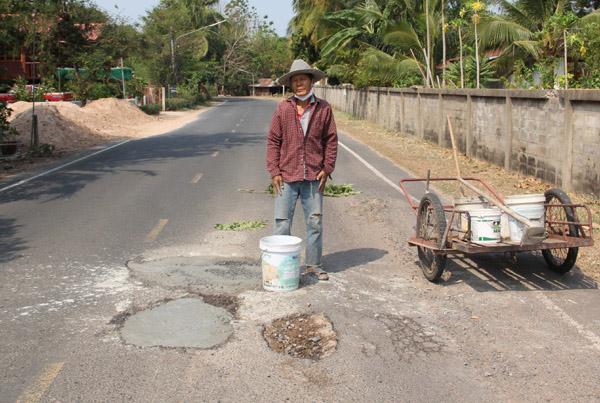 ทึ่ง! พ่อเฒ่าจิตอาสานำเบี้ยยังชีพซื้อหินปูนทรายมาซ่อมถนนเองหวังให้ผู้สัญจรปลอดภัย