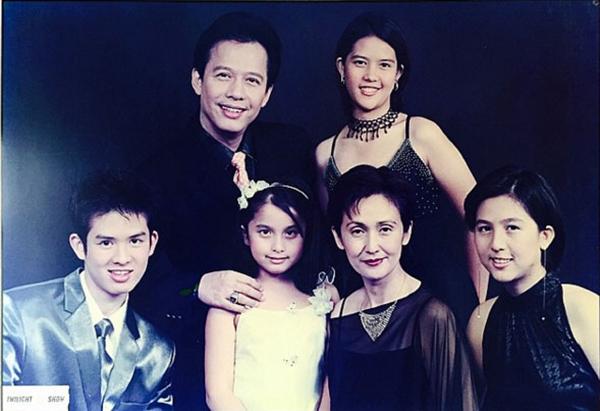 ครอบครัว สมบัติเจริญ (ดิ๊งค์-ลูกสาวคนเล็กสุดใส่เสื้อสีขาว)