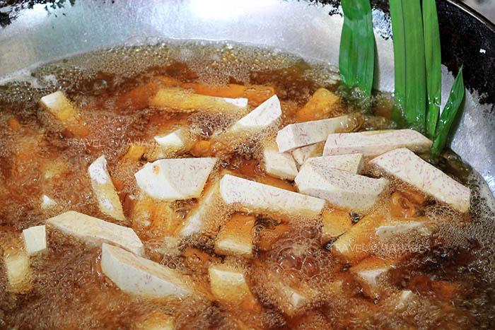 เผือกนำมาทอดในน้ำมันร้อนๆ