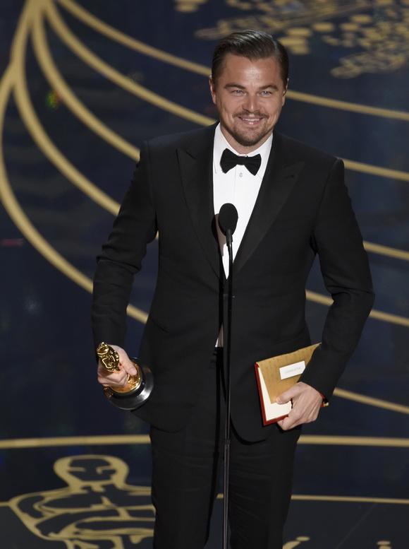 """การรอคอยสิ้นสุดแล้ว! """"ลีโอนาร์โด"""" คว้ารางวัลออสการ์นักแสดงนำชาย"""