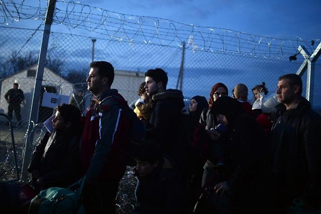 <i>ผู้อพยพชาวซีเรียและอิรักเฝ้าคอยอยู่ใกล้ๆ หมู่บ้านอิโดเมนี ทางภาคเหนือของกรีซ ซึ่งอยู่ติดชายแดนมาซิโดเนีย ทั้งนี้หลังจากมาซิโดเนียและอีก 3 ชาติบอลข่านประกาศเข้มงวดจำนวนผู้อพยพที่จะรับเข้าเมืองในแต่ละวันตั้งแต่เมื่อวันเสาร์ (27 ก.พ.) ก็มีผู้อพยพตกค้างอยู่ในดินแดนกรีซเพิ่มขึ้นเรื่อยๆ </i>