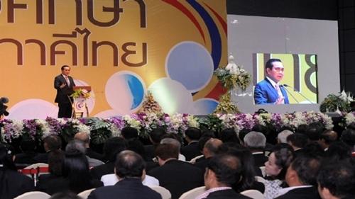 """พล.อ.ประยุทธ์ จันทร์โอชา นายกรัฐมนตรี และหัวหน้าคณะรักษาความสงบแห่งชาติ (คสช.) เป็นประธานเปิดงาน """"อาชีวศึกษาทวิภาคีไทย"""" (วันที่ 29 ม.ค. 2559)"""