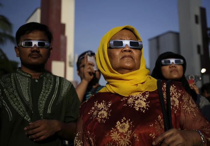 ประชาชนในจาการ์ตา อินโดนีเซีย รอชมสุริยุปราคา (AP Photo/Dita Alangkara)