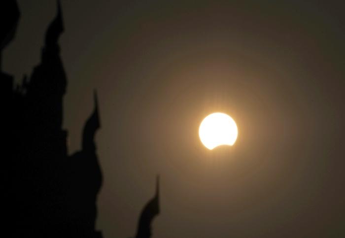 สุริยุปราคาเหนือเมืองเนปิดอร์ของพม่า (YE AUNG THU / AFP)